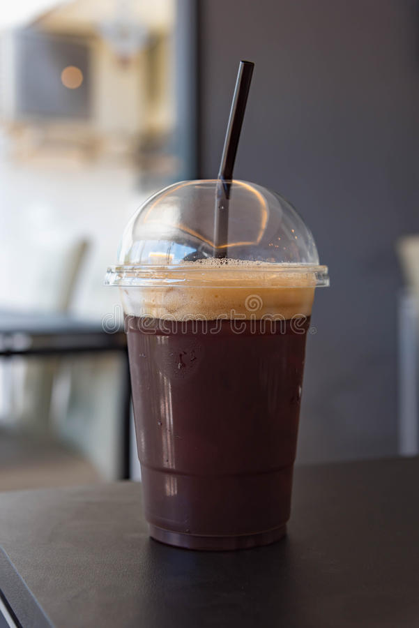 塑料杯子被冰的无奶咖啡americano 免版税图库摄影