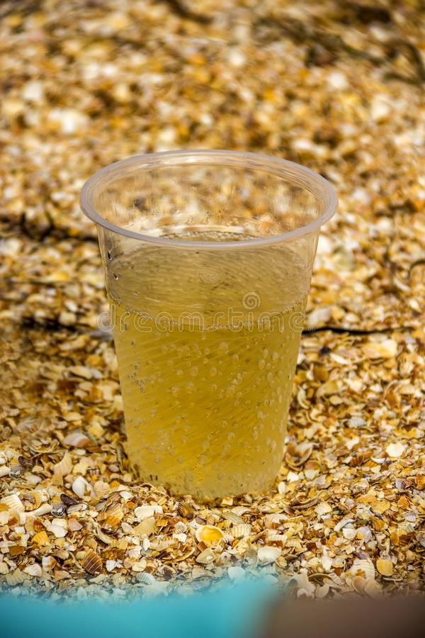 塑料杯柠檬水 库存图片