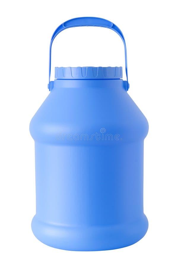 塑料水和液体桶存贮 蓝色五加仑装之汽油罐或容器,被隔绝 免版税库存图片