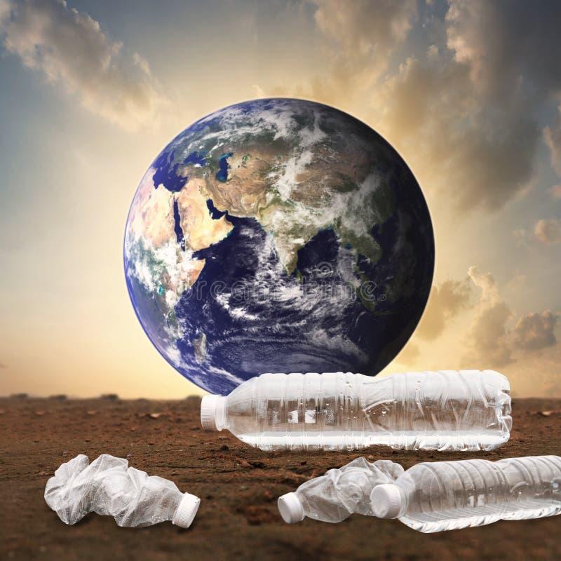 塑料水瓶污染海洋环境概念,NASA提供的这幅图像的要素 皇族释放例证