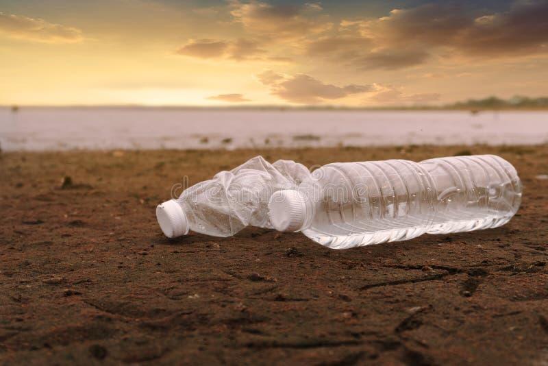 塑料水瓶污染海洋环境概念 库存照片