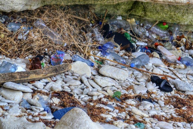 塑料海洋污染 环境污染和生态概念 回收废物概念 r 被污染的海岸线 免版税库存照片