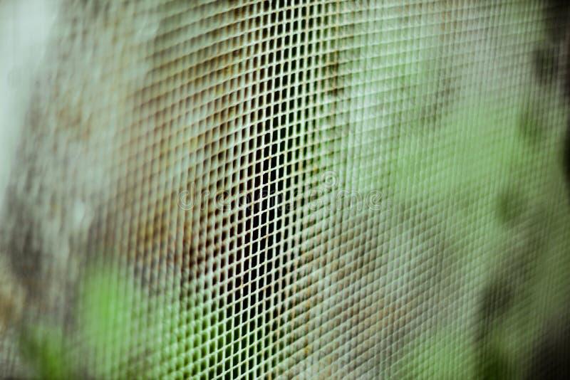 塑料滤网,绿色表面纹理与景深的 水平抽象的背景 免版税库存照片