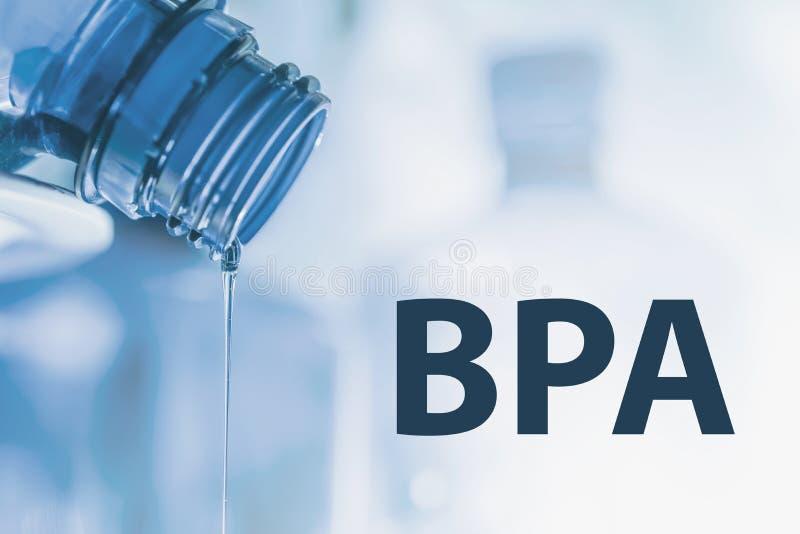 塑料瓶和液体小河 Bisphenol, BPA释放塑料照片 库存图片