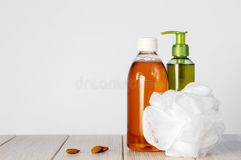 塑料瓶和滤网阵雨海绵,mindal 免版税库存图片