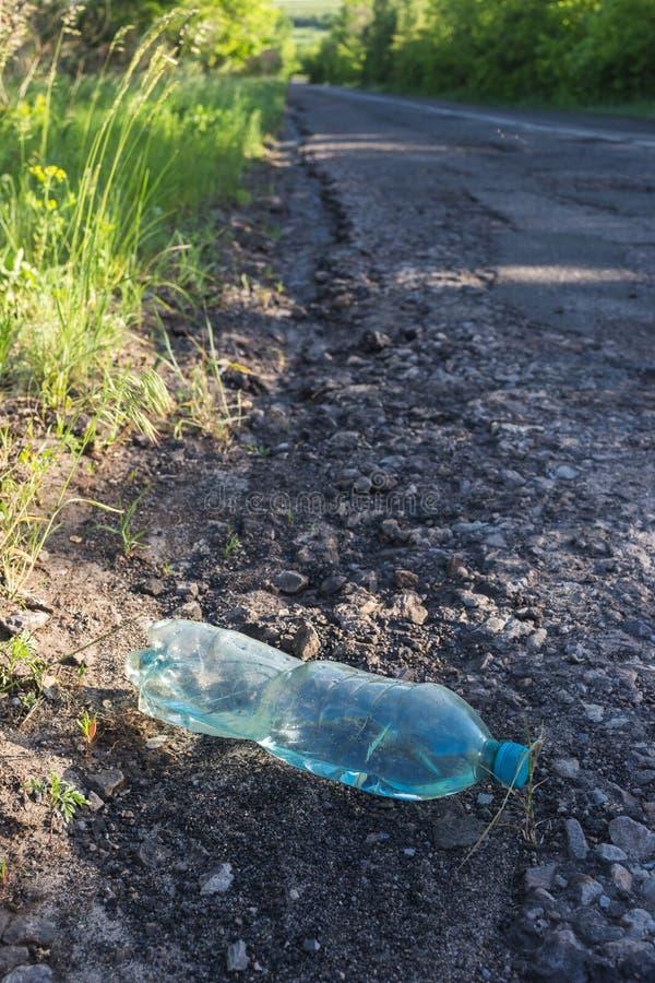 塑料瓶用由路的水 图库摄影