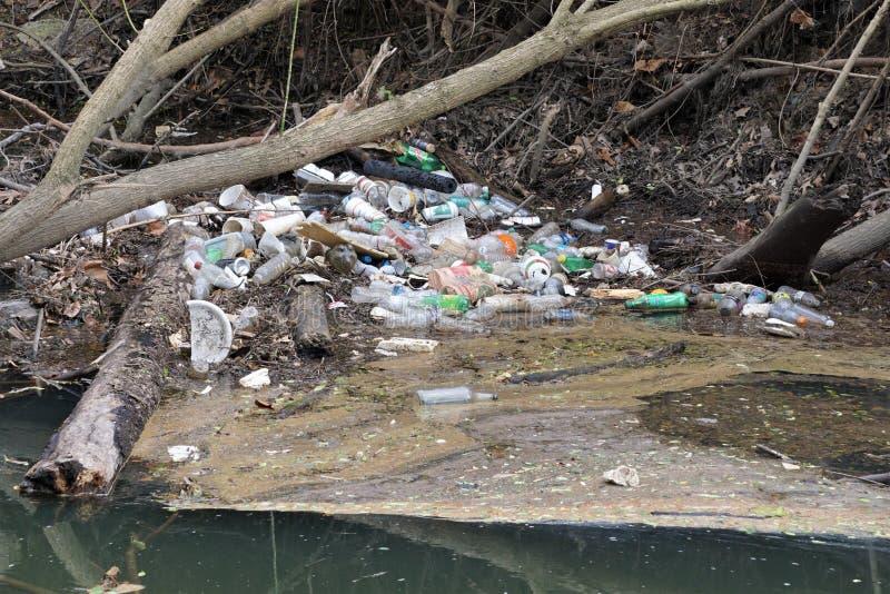 塑料积累在一条小河的瓶和垃圾在北卡罗来纳 库存图片