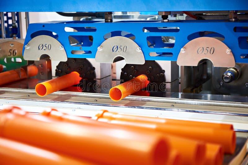 塑料管子的生产的机器 免版税库存图片