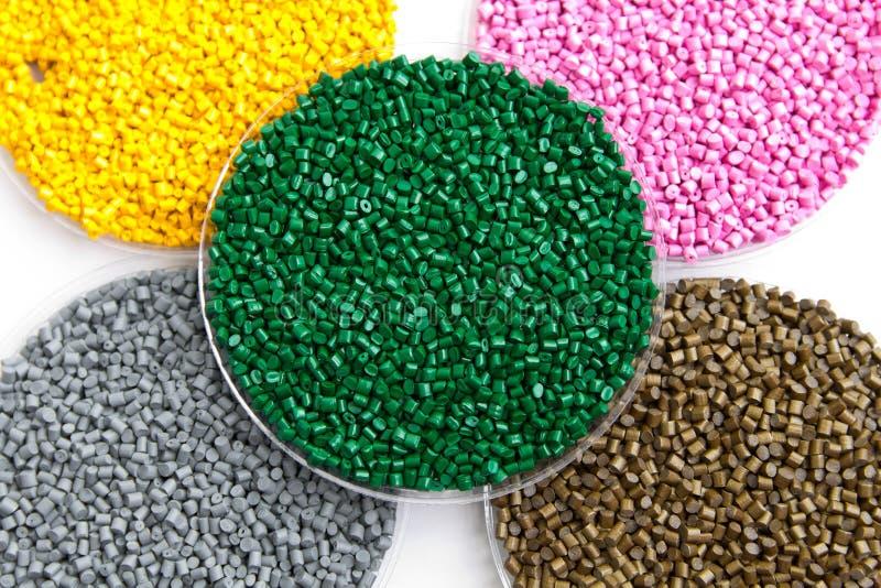 塑料粒子 聚丙烯的,在gran的多苯乙烯染料 免版税库存图片