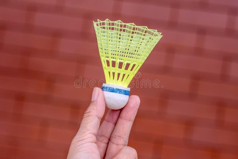 塑料羽毛球shuttlecock在手中 免版税库存照片