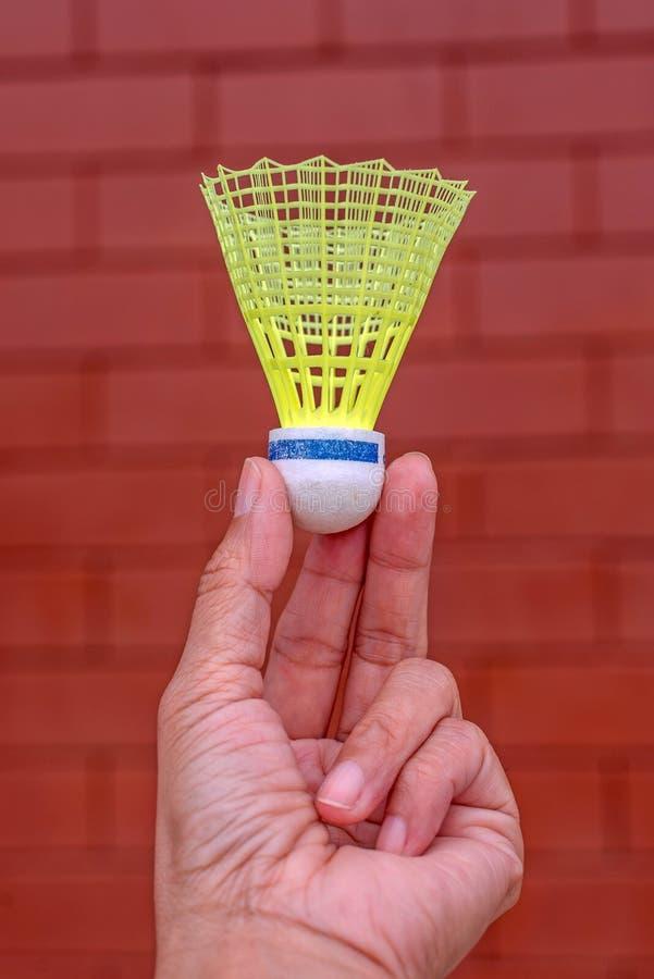塑料羽毛球shuttlecock在手中 库存照片