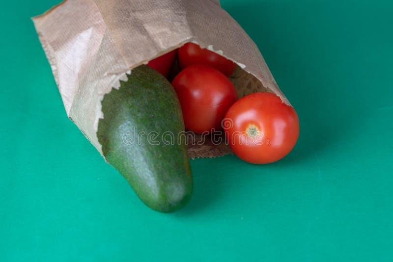 塑料自由购物 可再用的eco友好的纸食品杂货袋用菜胡椒、蕃茄和鲕梨 免版税图库摄影