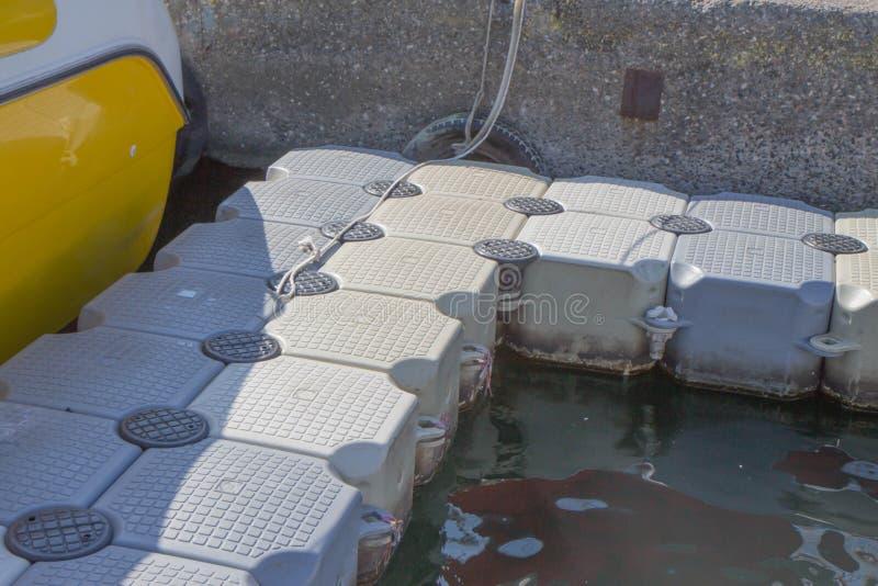 塑料船坞蓝色在海 游泳的舟桥 特写镜头塑料浮动步行方式陈列细节漂浮  库存图片