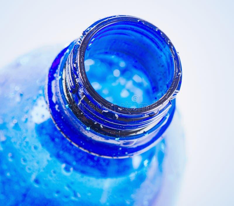 塑料蓝色瓶饮用水 免版税库存图片
