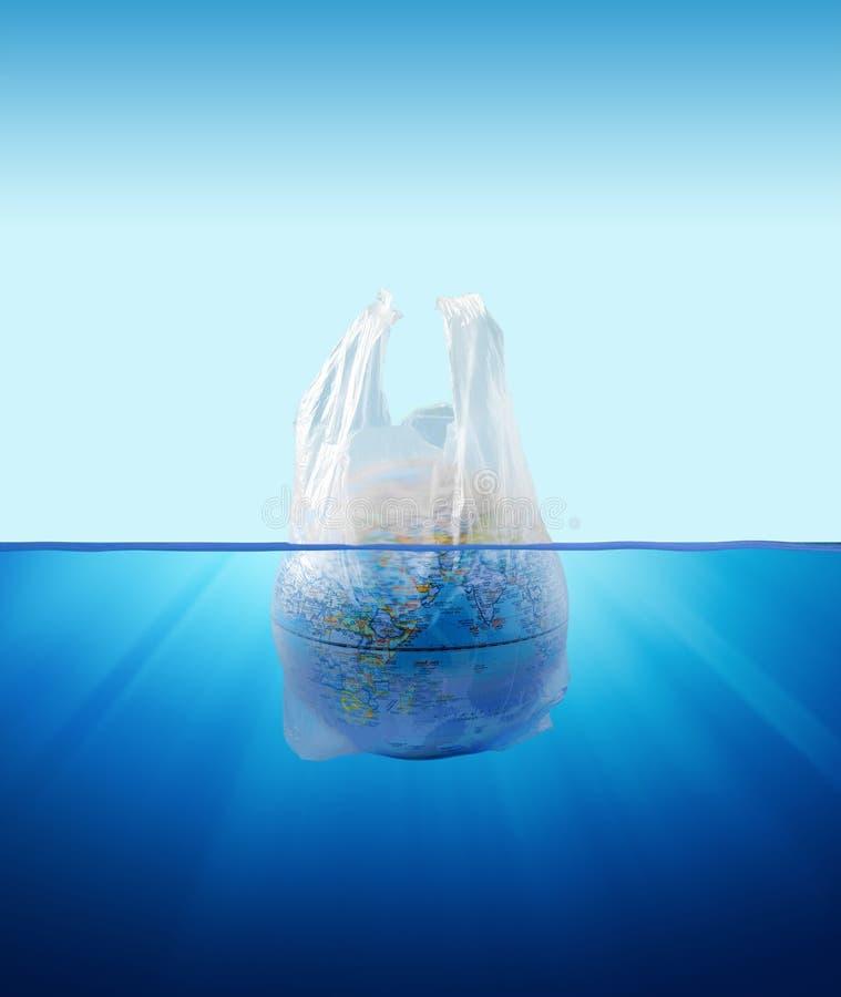 塑料袋与地球模型的环境污染 免版税库存照片