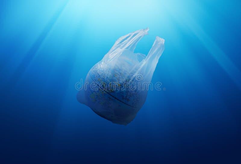 塑料袋与地球模型的环境污染 免版税库存图片