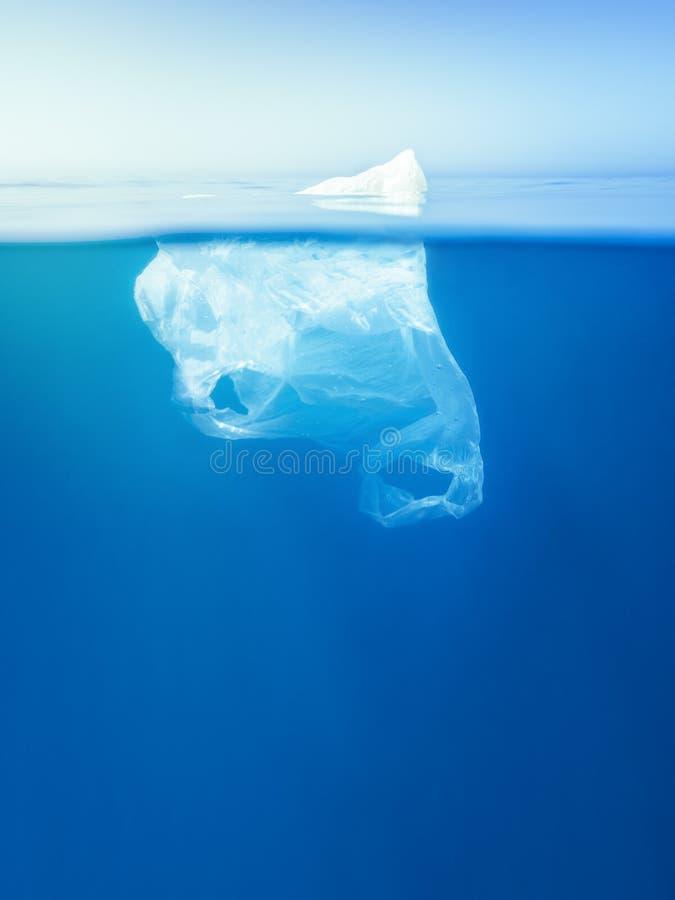 塑料袋浮动水中,冰山隐喻 免版税库存照片