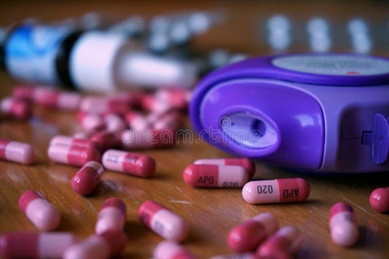 塑料过敏吸入器用于减少在蓝色颜色的过敏和哮喘反应与鼻孔喷射、药片和胶囊 库存图片