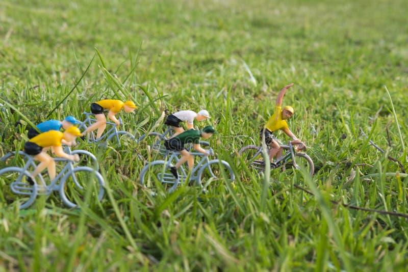 塑料黄色路骑自行车者室外在草 黄色球衣领导 竞争 细气管球 免版税图库摄影