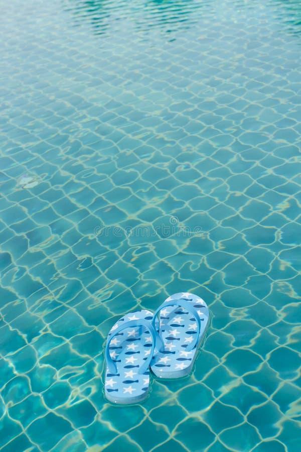 塑胶人字平底拖鞋浮动 图库摄影