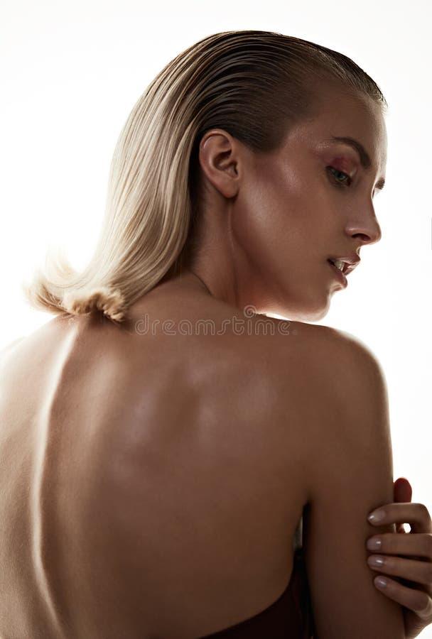 塑造一个可爱的白肤金发的夫人的样式画象 库存照片