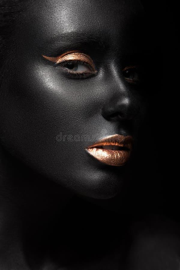 塑造一个深色皮肤的女孩的画象有颜色的 免版税库存照片