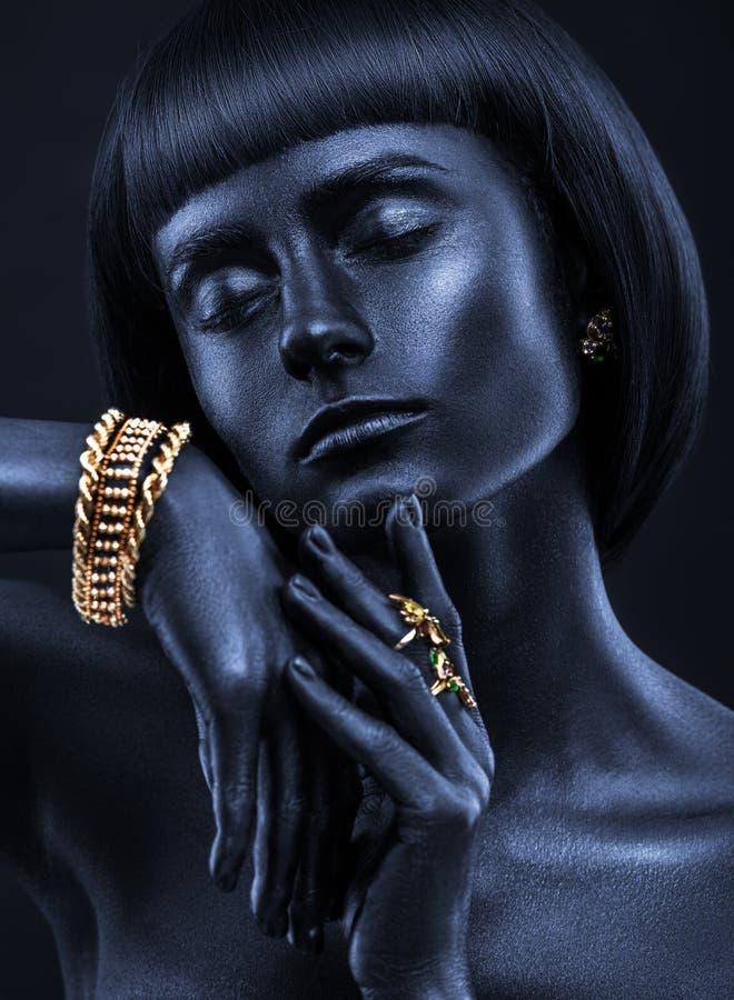 塑造一个深色皮肤的女孩的画象有jewerly的 黑人花花公子 库存照片