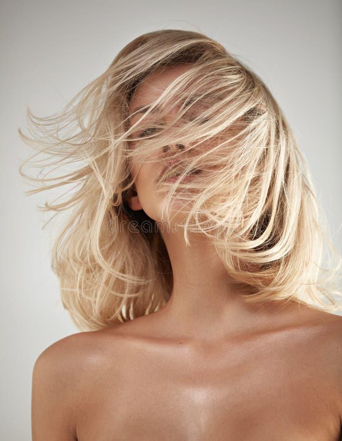 塑造一个金发碧眼的女人的样式画象有被缠结的头发的 免版税库存照片