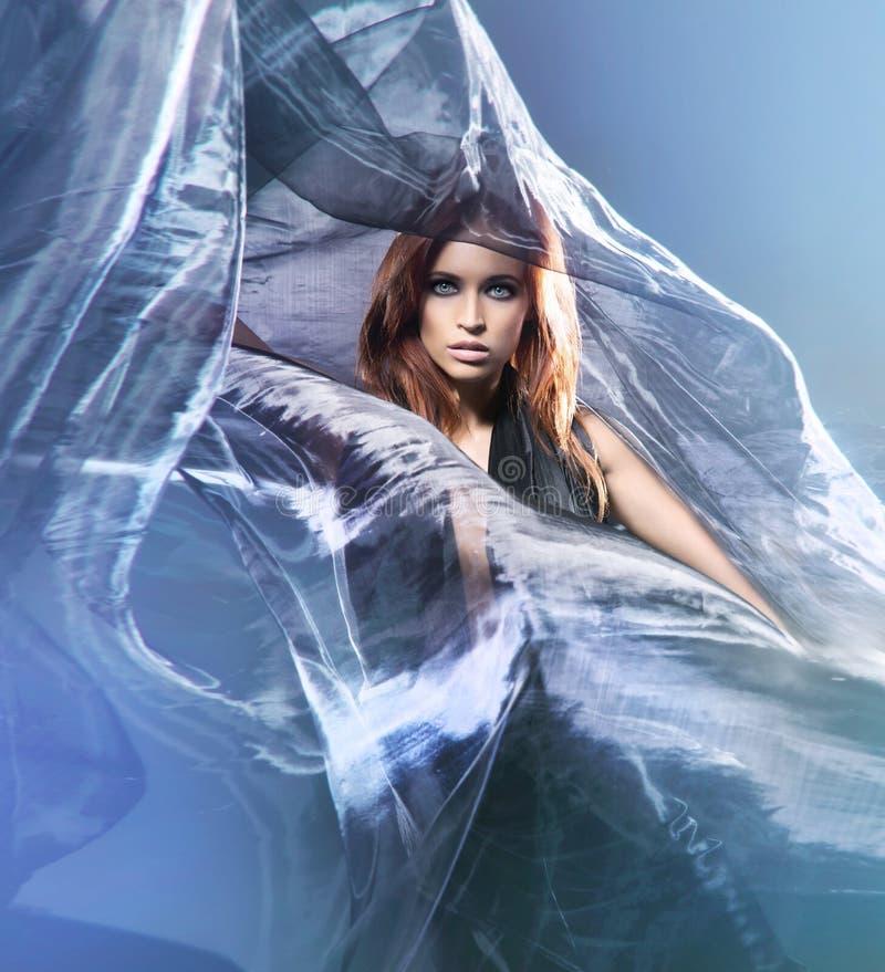 塑造一名新红头发人妇女的射击丝绸的 免版税图库摄影