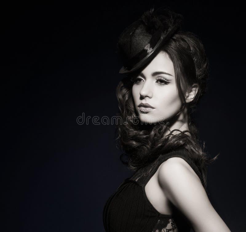 塑造一名深色的妇女的画象黑衣裳的 免版税库存照片