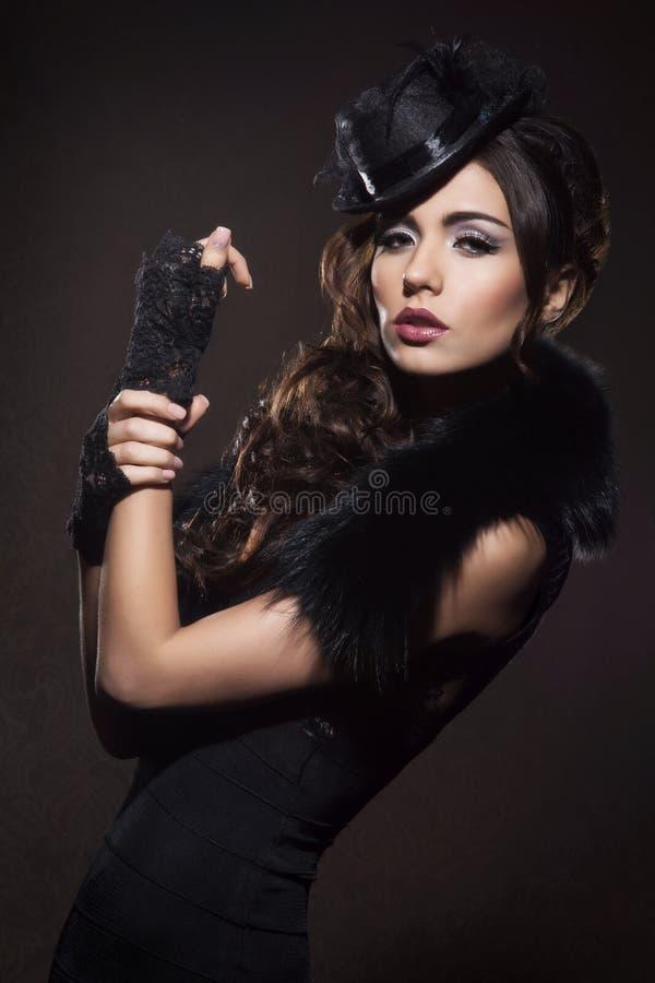 塑造一名深色的妇女的画象黑衣裳的 免版税图库摄影