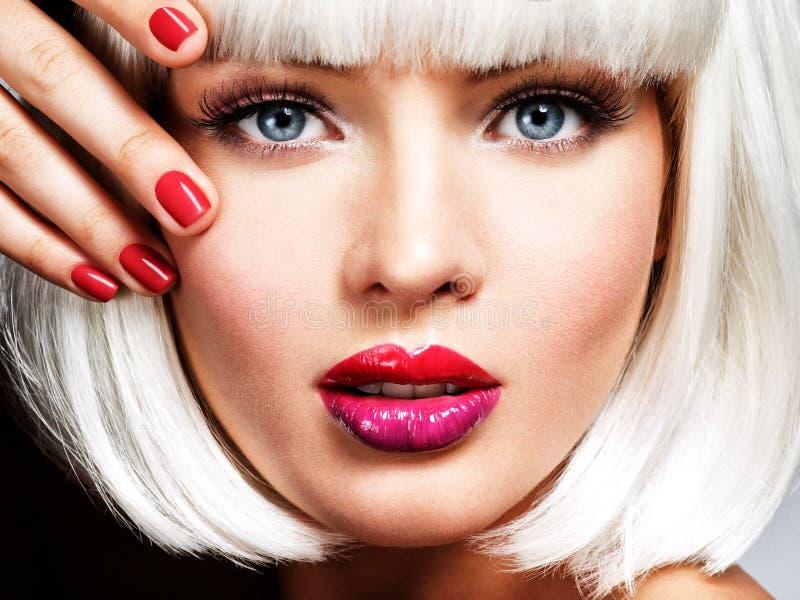塑造一张美丽的女孩` s面孔的画象与专家的 免版税库存照片