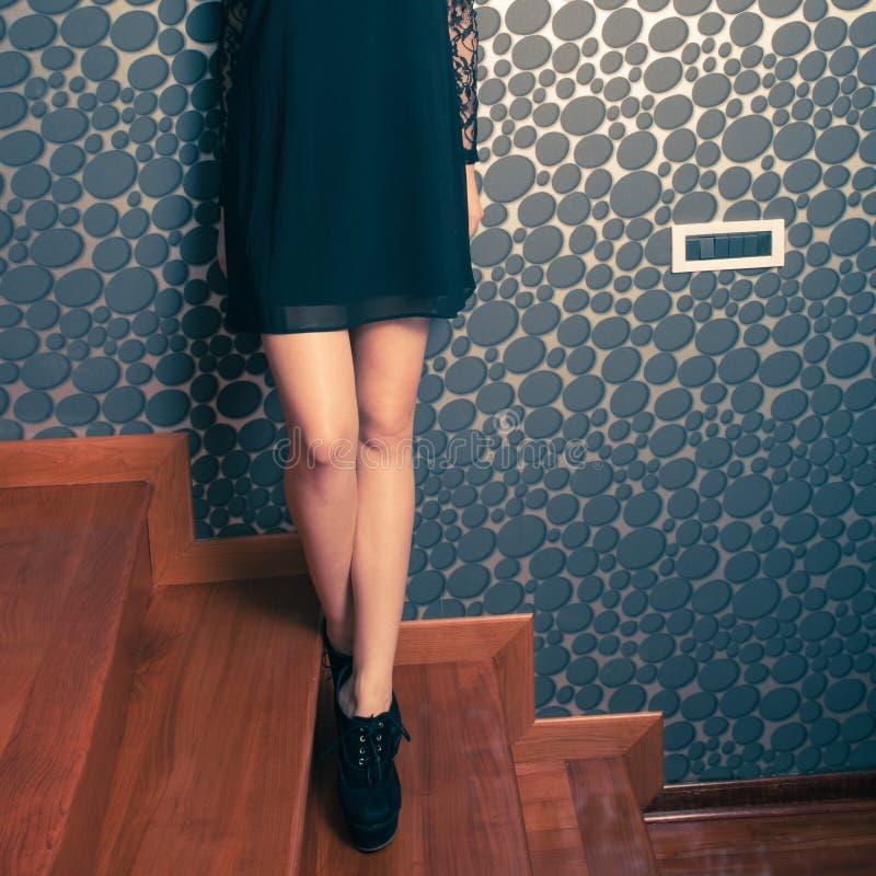 塑造一点黑礼服和高跟鞋鞋子的女孩 免版税库存图片