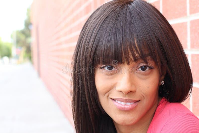 塑造一年轻美好深色头发妇女微笑的画象 免版税库存照片
