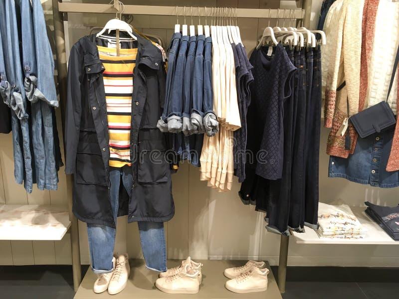塑造与都市衣物,运动服,鞋子的精品店 库存图片