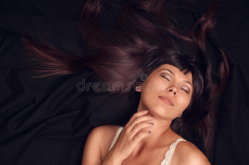 塑造与长的明亮的黑发和丝绸的别致的妇女画象 库存照片
