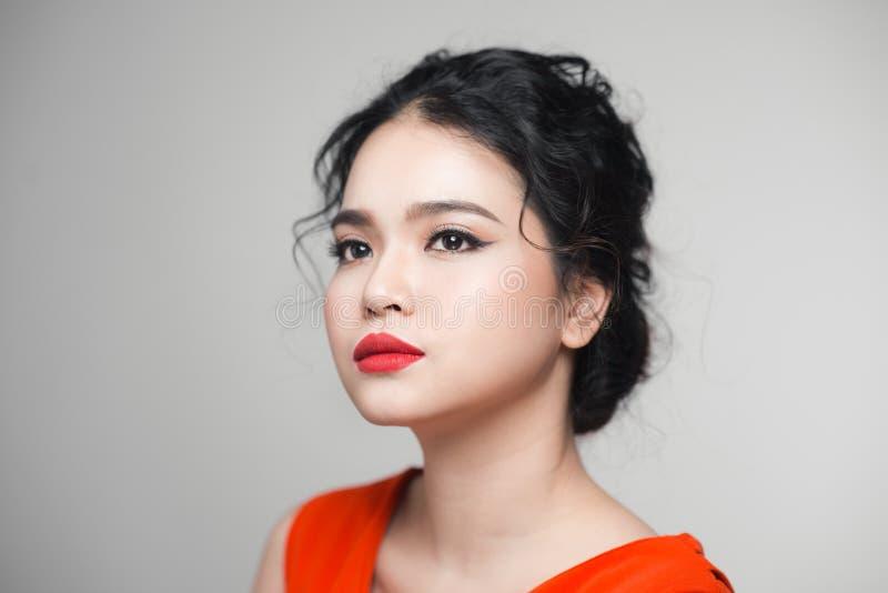 塑造亚裔妇女画象有典雅的发型的 理想 免版税库存照片