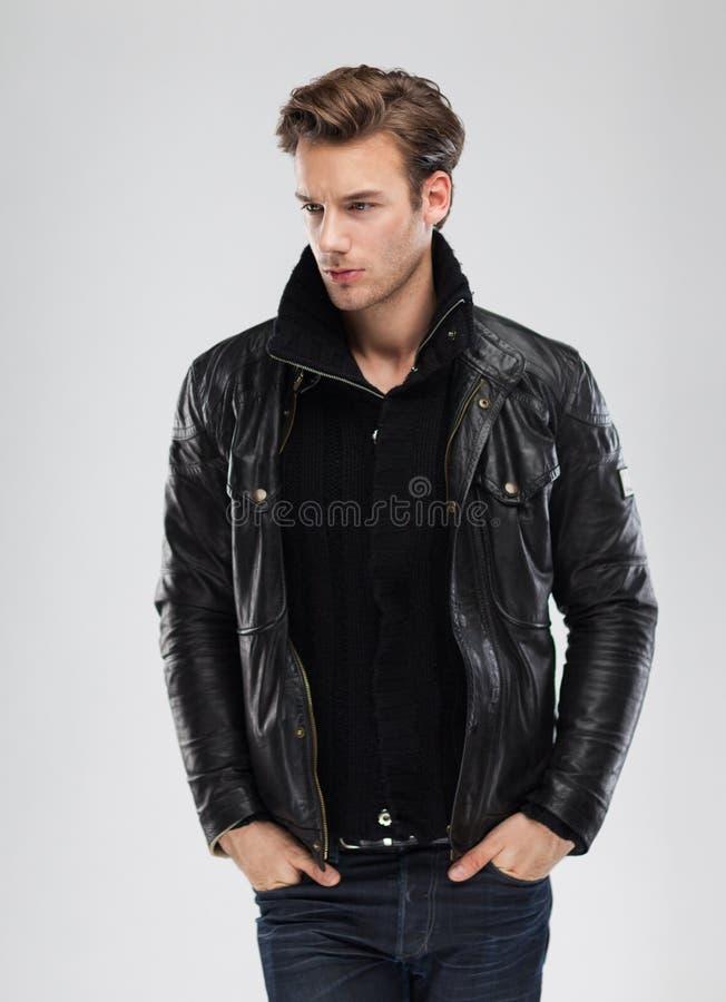 塑造人,模型皮夹克,灰色背景 库存照片