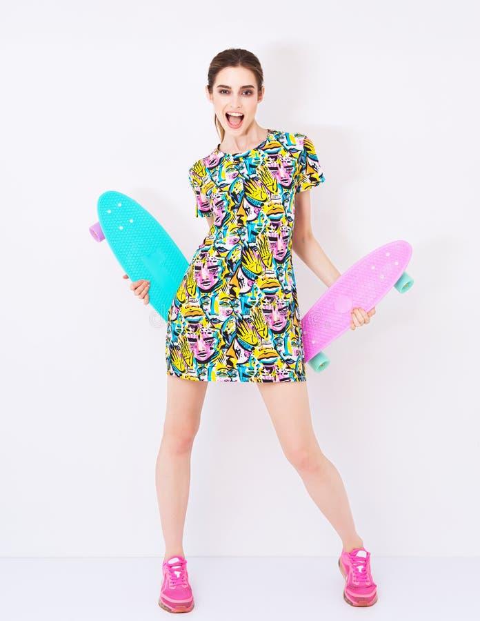 塑造在五颜六色的礼服的性感的时髦模型与 免版税库存照片