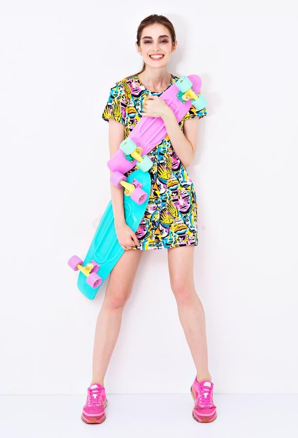 塑造在五颜六色的礼服的性感的时髦模型与 库存图片