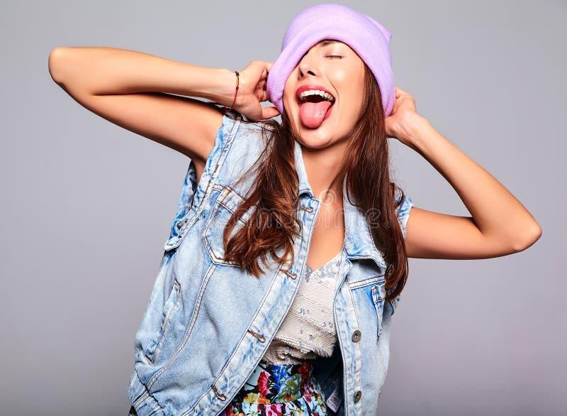 塑造在偶然夏天牛仔裤衣裳没有在紫色童帽的构成 图库摄影
