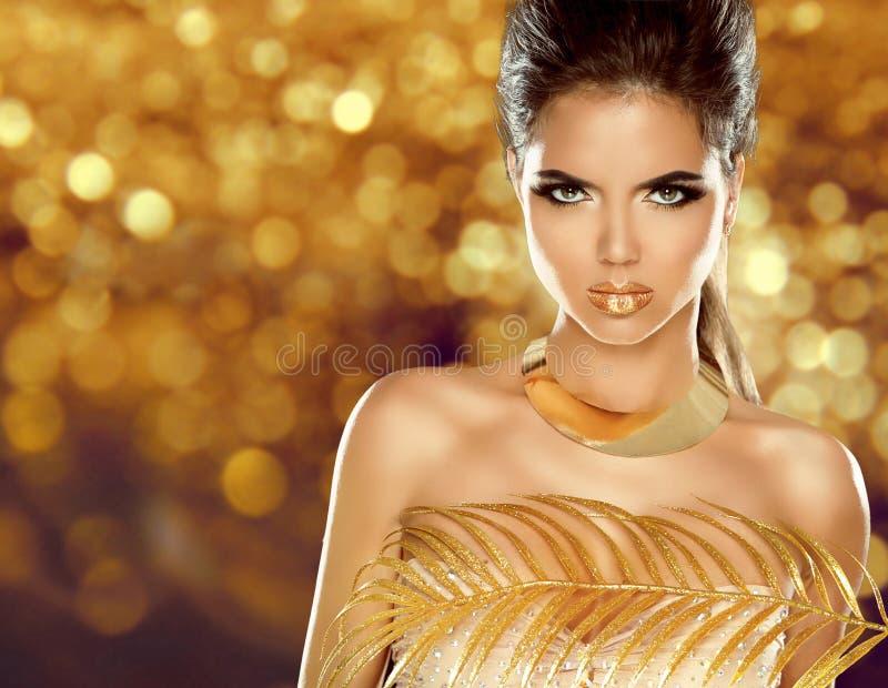 塑造在金黄bokeh背景隔绝的秀丽女孩 构成 免版税库存照片