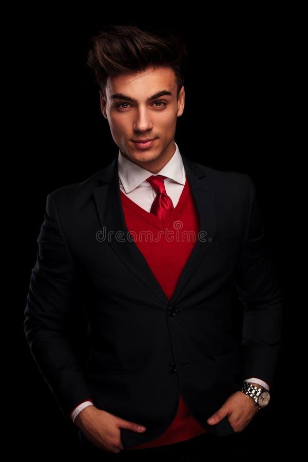 塑造在黑衣服和红色领带,摆在 免版税图库摄影