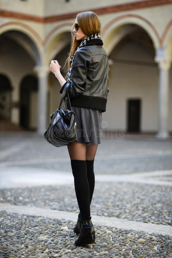 Download 塑造太阳镜的妇女走在街道上的 库存照片. 图片 包括有 生活方式, 逗人喜爱, 设计, 诱饵, 汽车, 偶然 - 30328406