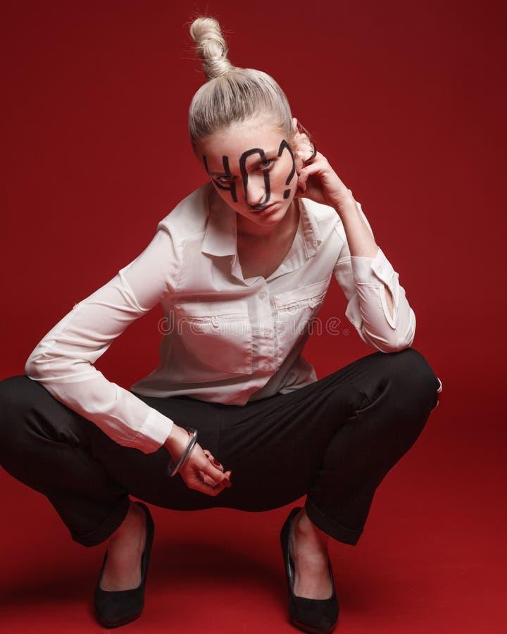 塑造妇女演播室照片有黑题字的在面孔 库存图片