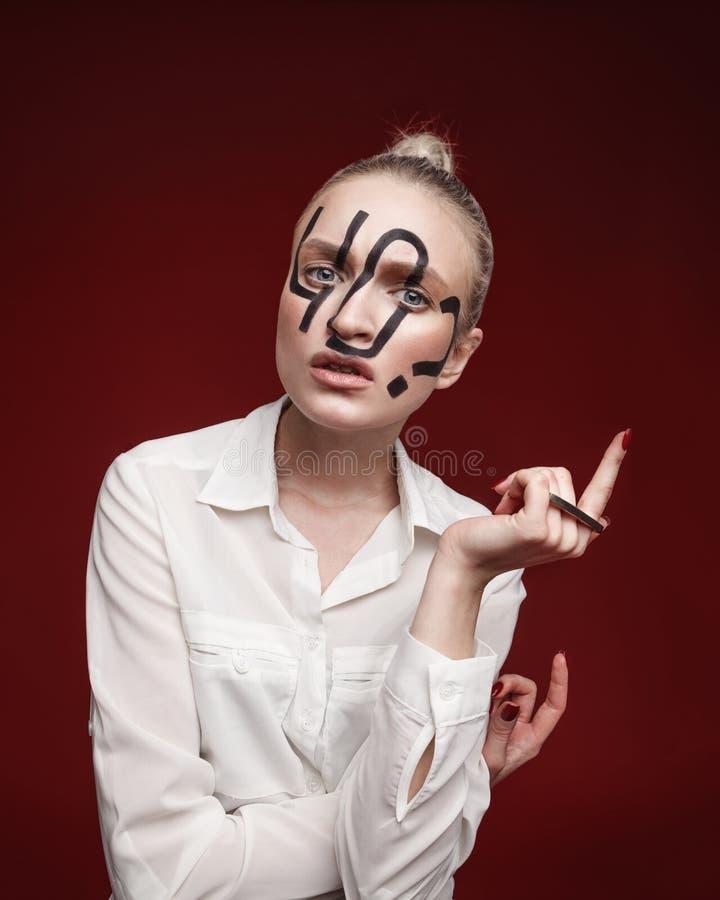 塑造妇女演播室照片有黑题字的在面孔 库存照片