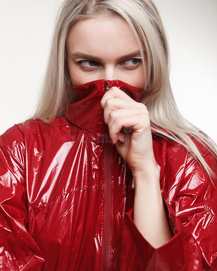 塑造妇女演播室照片红色夹克和被绘的构成的o 免版税图库摄影