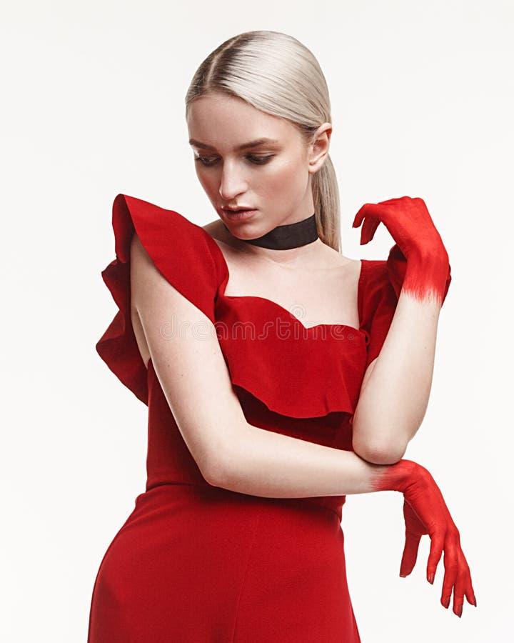 塑造妇女演播室照片红色衣服的用被绘的手  免版税库存图片