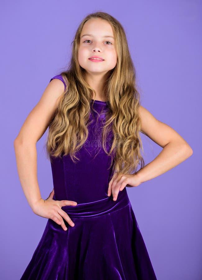 塑造孩子 女孩逗人喜爱的儿童穿戴天鹅绒紫罗兰色礼服 舞厅舞的衣裳 孩子时兴的礼服看起来可爱 免版税库存图片