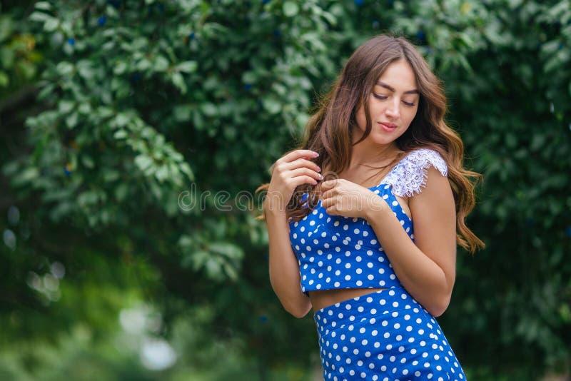 塑造年轻人相当时髦女孩画象有美丽的卷毛的 免版税库存照片